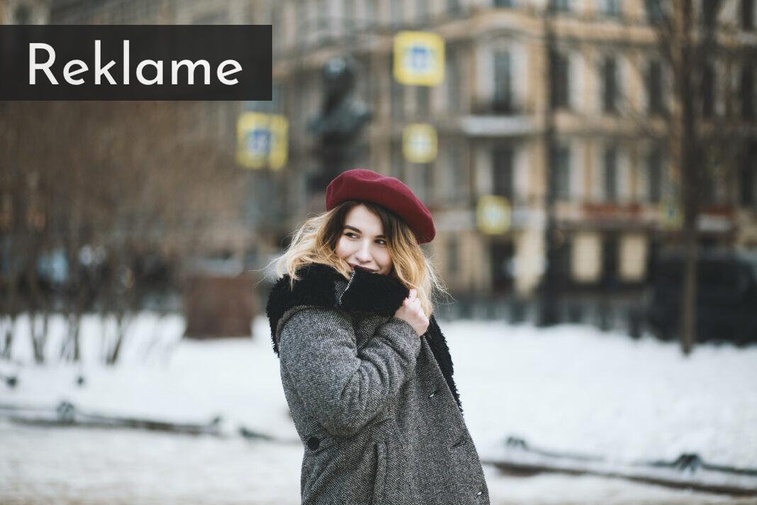 kvinde i uldfrakke og hat